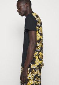 Versace Jeans Couture - NEW LOGO - T-shirt imprimé - nero - 3