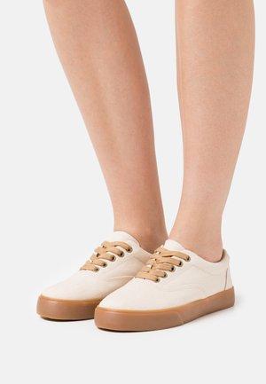 VENDETTA - Sneakersy niskie - offwhite