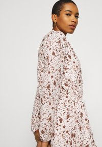 Esqualo - DRESS SMALL FLOWER  - Hverdagskjoler - off-white/light brown - 4