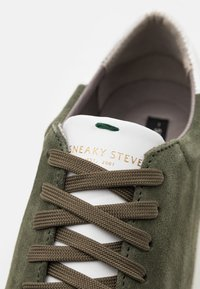 Sneaky Steve - SLAMMER EXCLUSIVE - Baskets basses - military/white - 5