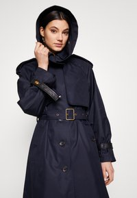 Coach - HOODED - Trenchcoat - raven blue - 0