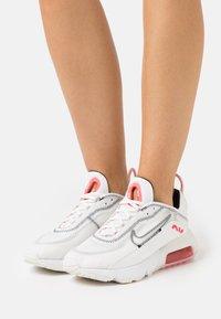Nike Sportswear - AIR MAX 2090 - Zapatillas - summit white/black/siren red/white - 0