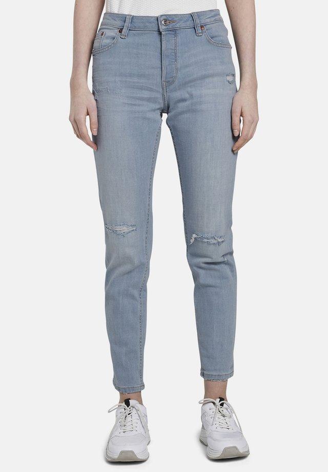 JEANSHOSEN LIVA BOYFRIEND-JEANS MIT RISSEN - Jeans slim fit - destroyed light stone blue den