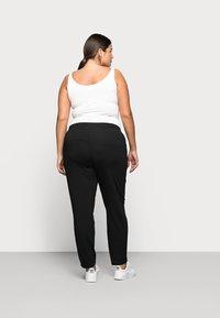 Mamalicious Curve - MLMAIJA PANTS - Teplákové kalhoty - black - 2