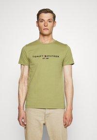 Tommy Hilfiger - LOGO TEE - T-shirt z nadrukiem - green - 0