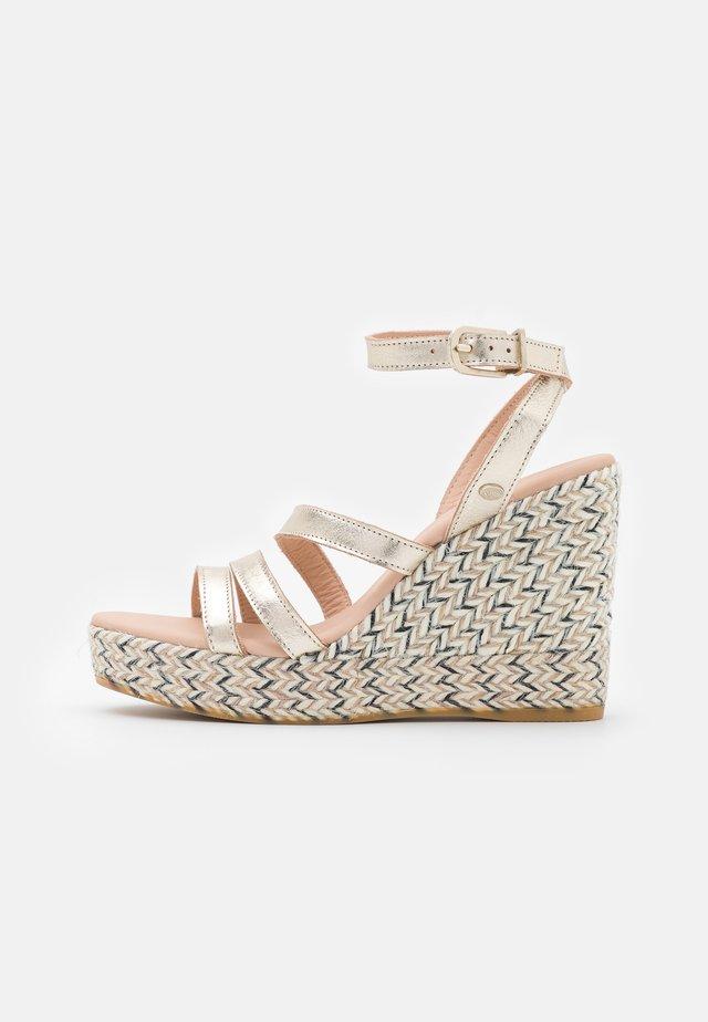 Korkeakorkoiset sandaalit - gold