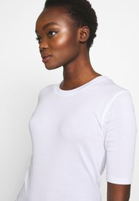 CLOSED - WOMEN´S - Basic T-shirt - white - 3
