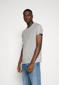 Burton Menswear London - SHORT SLEEVE CREW 3 PACK - T-Shirt basic - black/white/light grey - 4