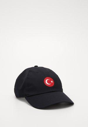 TÜRKEI DRY - Pet - black/habanero red