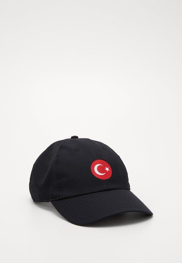 TÜRKEI DRY - Cap - black/habanero red