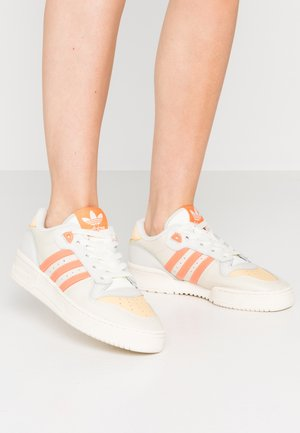 RIVALRY  - Sneakers laag - offwhite/easy orange/orbit grey
