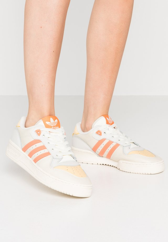 RIVALRY  - Baskets basses - offwhite/easy orange/orbit grey