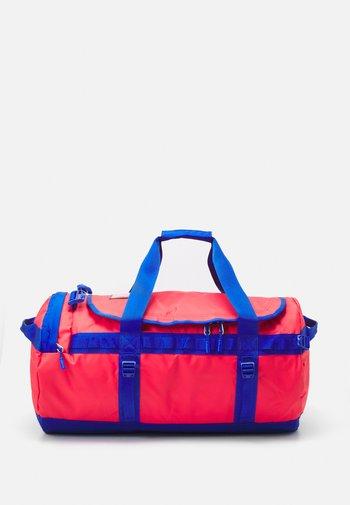 BASE CAMP DUFFEL M UNISEX - Sportväska - horizon red/blue