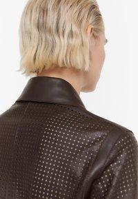 Uterqüe - MIT STANZMUSTER - Krátký kabát - brown - 4