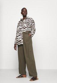 Lauren Ralph Lauren Woman - COURTENAY LONG SLEEVE - Skjorte - dark brown /multi - 1
