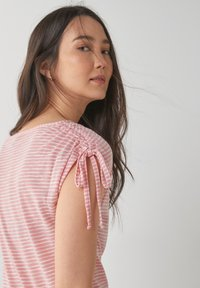 Next - DRAWSTRING - T-shirt med print - pink - 2