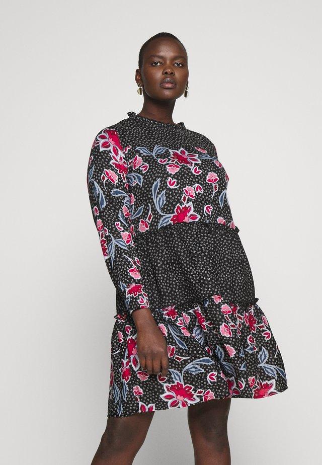 MIXED PRINT TIERED SMOCK - Denní šaty - print