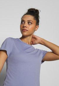Reebok - Print T-shirt - purple - 3