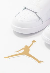 Jordan - SKY 1 UNISEX - Basketball shoes - white/summit white/varsity red - 6