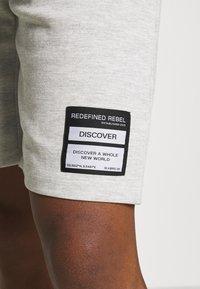 Redefined Rebel - ANDRÉ - Shorts - light grey melange - 4