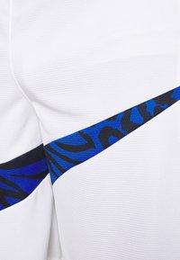 Nike Performance - DRY SHORT PRINT - Sports shorts - white/game royal - 3
