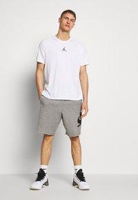 Jordan - ALPHA DRY - Print T-shirt - white/gym red/black - 1