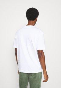 Selected Homme - SLHLOOSEGILMAN O NECK TEE - Basic T-shirt - bright white - 2
