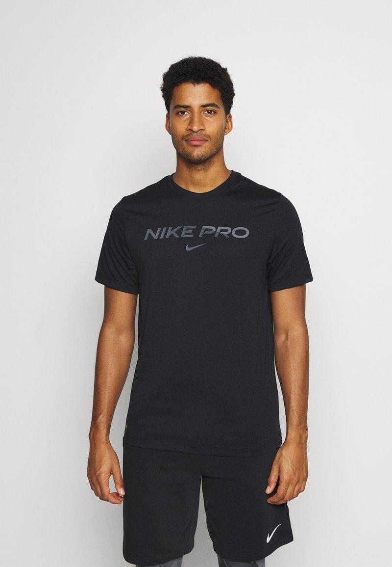 Nike Performance - TEE PRO - Print T-shirt - black/iron grey