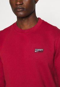 Tommy Jeans - TJM WASHED CORP LOGO CREW - Sweatshirt - wine red - 4