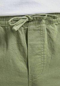 Jack & Jones - JJIJEFF JJJOGGER - Shorts - deep lichen green - 6