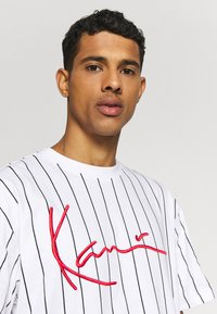 Karl Kani - SIGNATURE PINSTRIPE TEE - Print T-shirt - white/black/red - 3