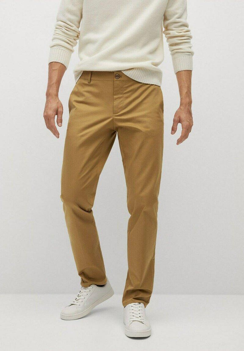 Mango - DUBLIN - Pantalones chinos - braun