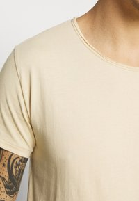 Tigha - WREN - Basic T-shirt - desert sand - 4