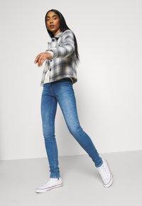 ONLY - ONLPAOLA LIFE - Jeans Skinny Fit - light medium blue denim - 3
