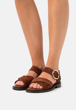 LYNA FLAT - Sandals - cognac