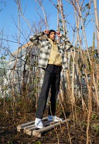 adidas Originals - SUPERCOURT UNISEX  - Matalavartiset tennarit - footwear white/solid grey/chalk solid grey - 0