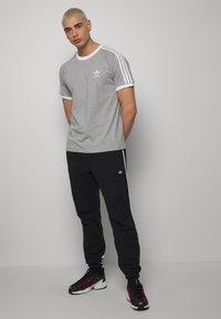adidas Originals - 3 STRIPES TEE UNISEX - Print T-shirt - grey - 1