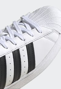 adidas Originals - SUPERSTAR - Tenisky - ftwr white/core black/scarlet - 8