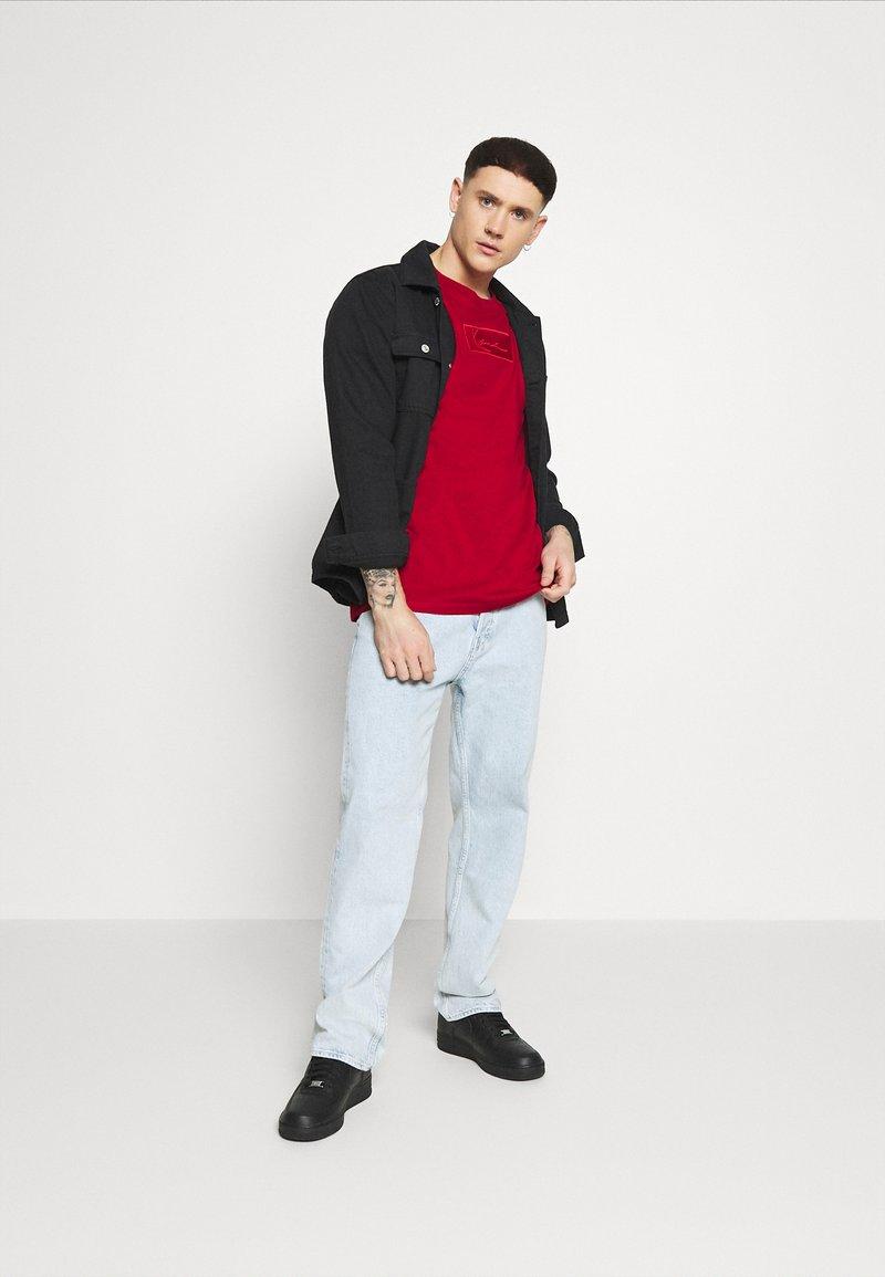 Karl Kani - SMALL SIGNATURE BOX TEE - Basic T-shirt - dark red