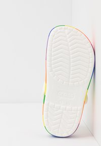 Crocs - CROCBAND RAINBOW BLOCK - Sandály do bazénu - white/multicolor - 4