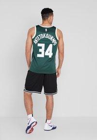 Nike Performance - NBA GIANNIS ANTETOKOUNMPO MILWAUKEE BUCKS SWINGMAN ROAD - Article de supporter - fir/flat opal - 2