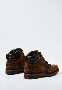 Pepe Jeans - Šněrovací kotníkové boty - cognac - 3