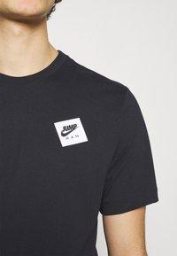 Jordan - CREW - Print T-shirt - black/gym red - 5