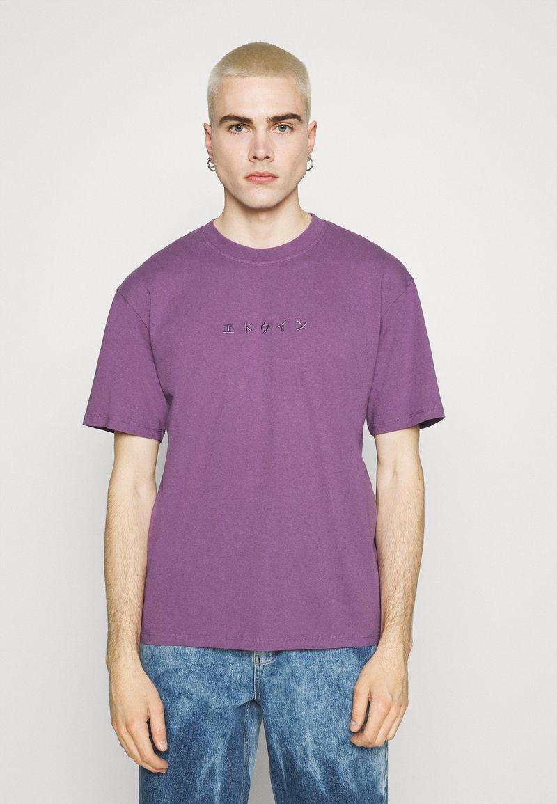 Edwin - KATAKANA EMBROIDERY - Print T-shirt - CHINESE VIOLET