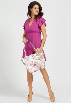 GUESS SHOPPER ALBY BLUMEN - Handbag - white