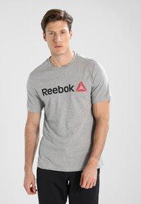 Reebok - TRAINING ESSENTIALS LINEAR LOGO - Sports shirt - medium grey heather - 0