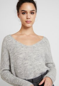 ONLY - ONLHANNA MAYE V NECK - Trui - light grey - 4