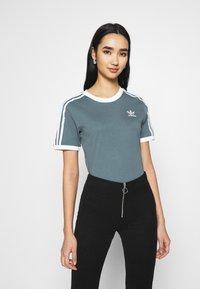 adidas Originals - STRIPES TEE - T-shirt imprimé - blue oxide - 0