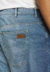 TOM TAILOR MEN PLUS - JEANSHOSEN JOSH REGULAR SLIM DENIM SHORTS - Denim shorts - light stone wash denim - 4