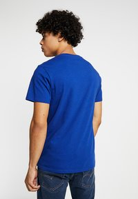 Levi's® - GRAPHIC SET-IN NECK 2 - T-shirt med print - sodalite blue - 2
